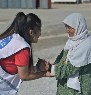 Personal de Mëdicos del Mundo atiende a una mujer mayor refugiada