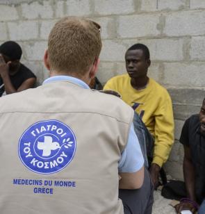 Personal de Médicos del Mundo junto a personas refugiadas